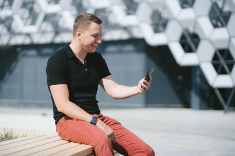 Man heeft online contact via zijn mobiel